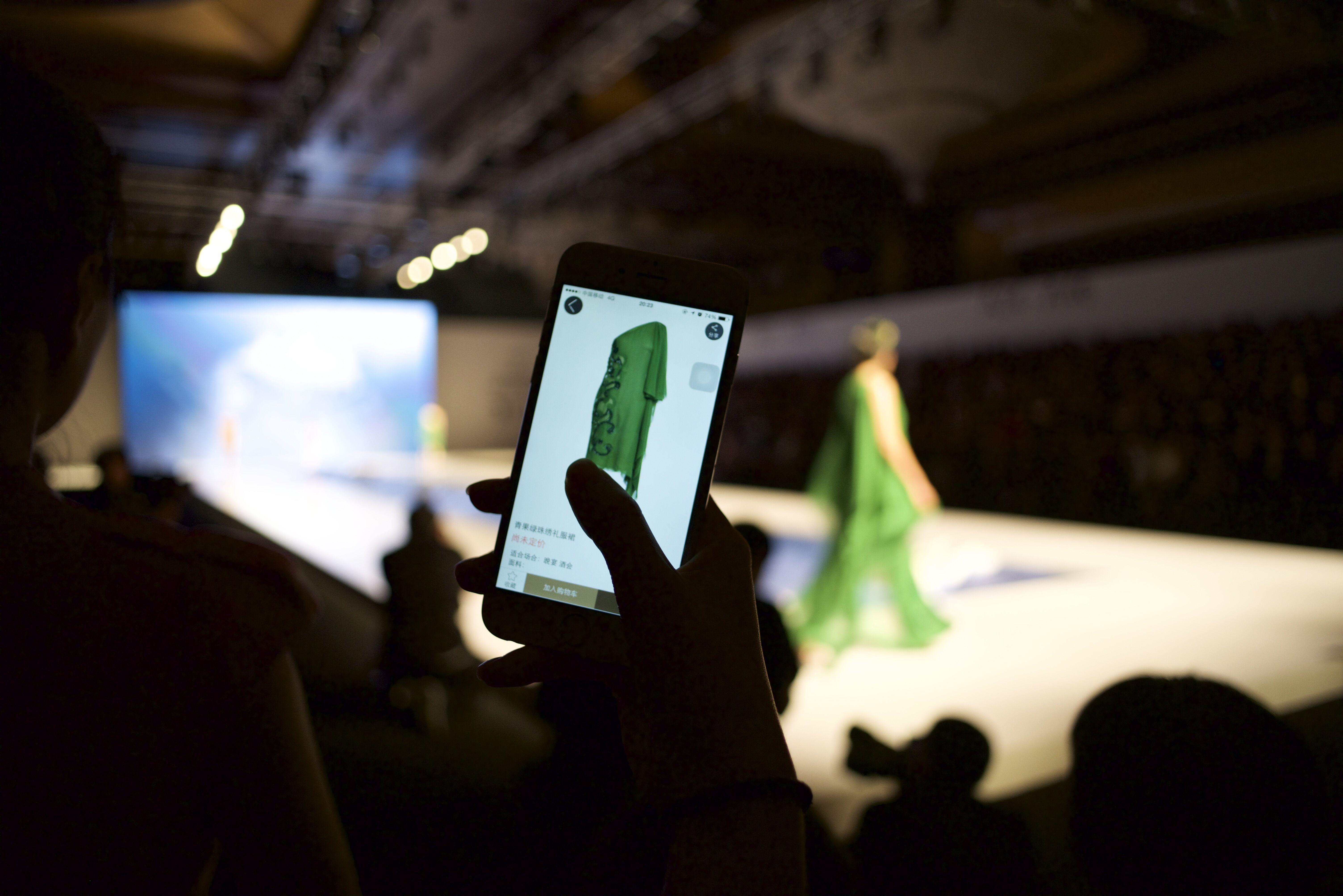 """吉芬之夜观众现场体验""""边看边买""""全球领先的互动视频技术(IVT)"""