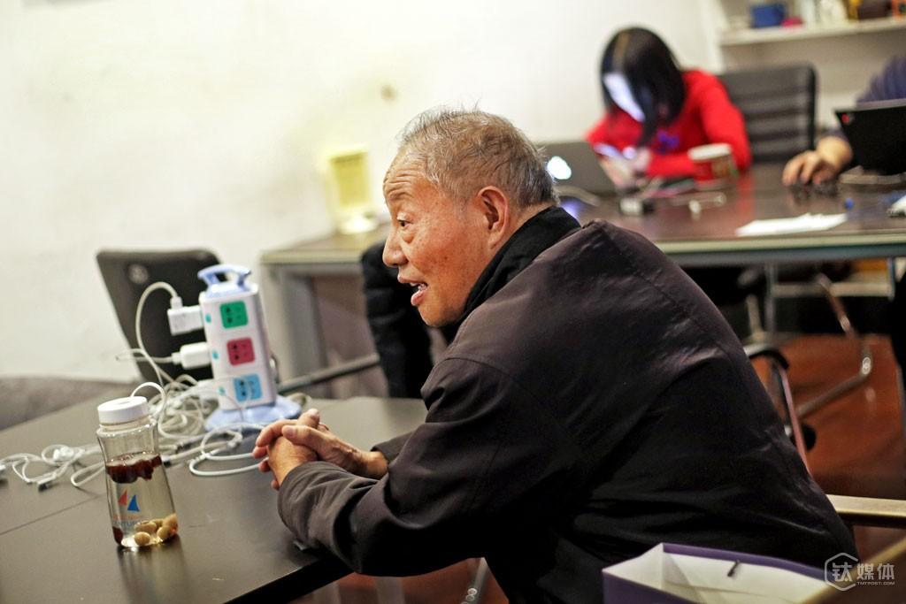 11月11日,北京中关村创业大街某咖啡馆,王修煜向别人介绍自己的研究项目,在北京的这些天,他不厌其烦地向周围地人讲自己的项目。刚到这条街的第一天,他拿着材料找到投资机构,对方告诉他,项目不对口,没法进入筛选,这让他有些失望。