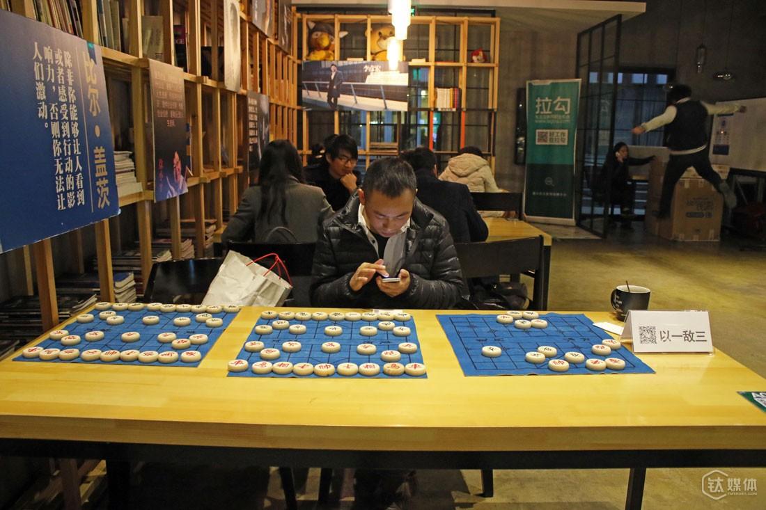 三个棋盘上,他摆了一个残局,还在牌子上附上了自己微信的二维码。他说,用这样的方式,也是因为自己很喜欢下象棋。