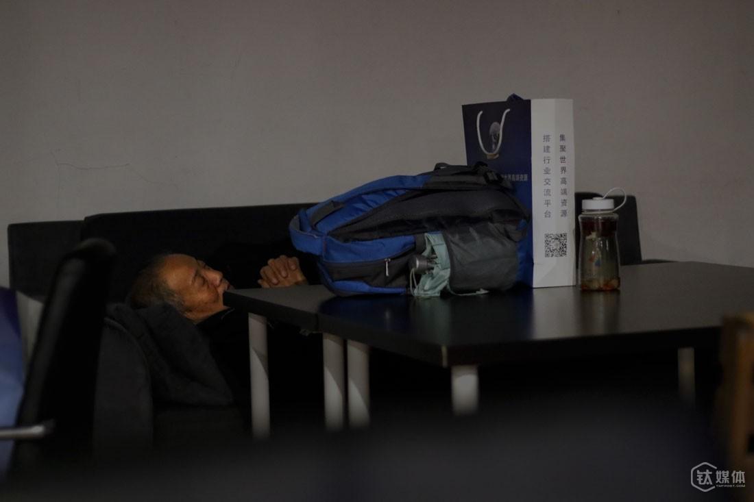 这个咖啡馆,只要花30块钱,就可以在沙发上睡一晚。王修煜在这里睡了4晚,桌上放着的,是他从家里带过来的行李,一个背包,一个纸袋,一个水壶。