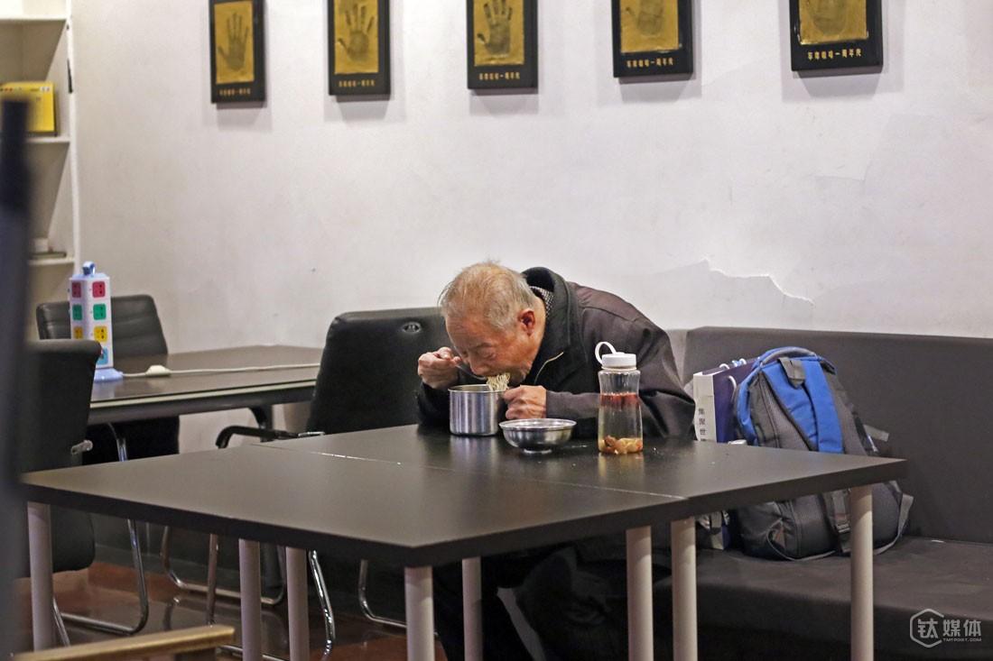"""他买了一些泡面给自己当早餐。他说家里并不十分富余,自己到北京做这些事情也并不是所有人都支持,他想着""""能省就省吧""""。"""