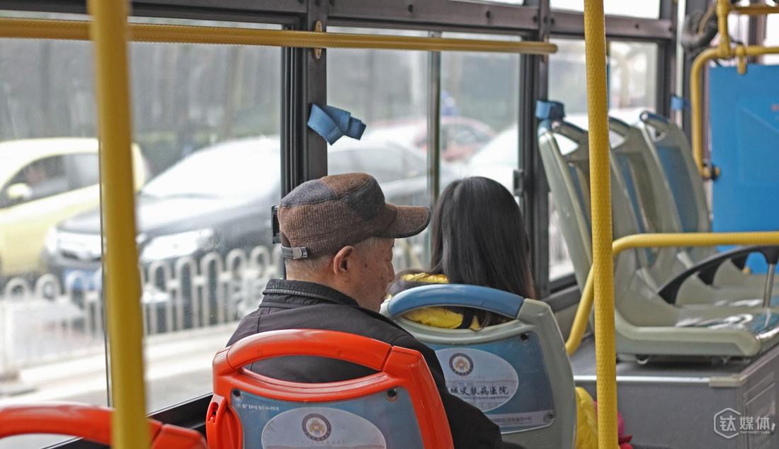 他说,自己前一天晚上失眠了,没睡好,公交车的路程1个多小时,他一路打起了盹。