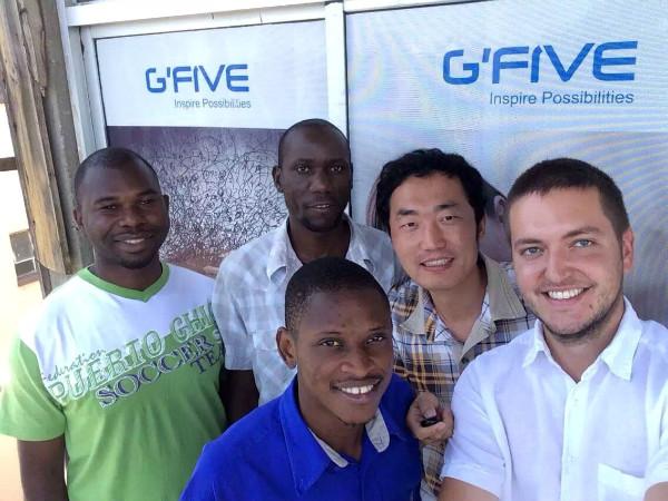 刘文(右二)和安竹(右一)和他们的赞比亚团队