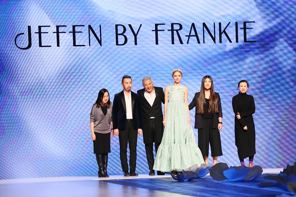 JEFEN(吉芬)品牌设计总监谢锋(左三)携团队亮相