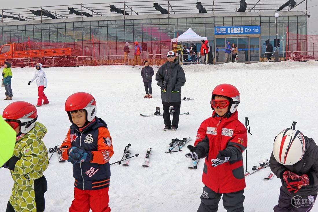 2015年12月12日,团队在顺义区的一个雪场做了一场亲子活动。创业前,只要是雪季的周末,他几乎都泡在雪道上;创业后,他滑雪的时间越来越少,即使去了雪场,也没机会上雪道,除非是拍教学片。