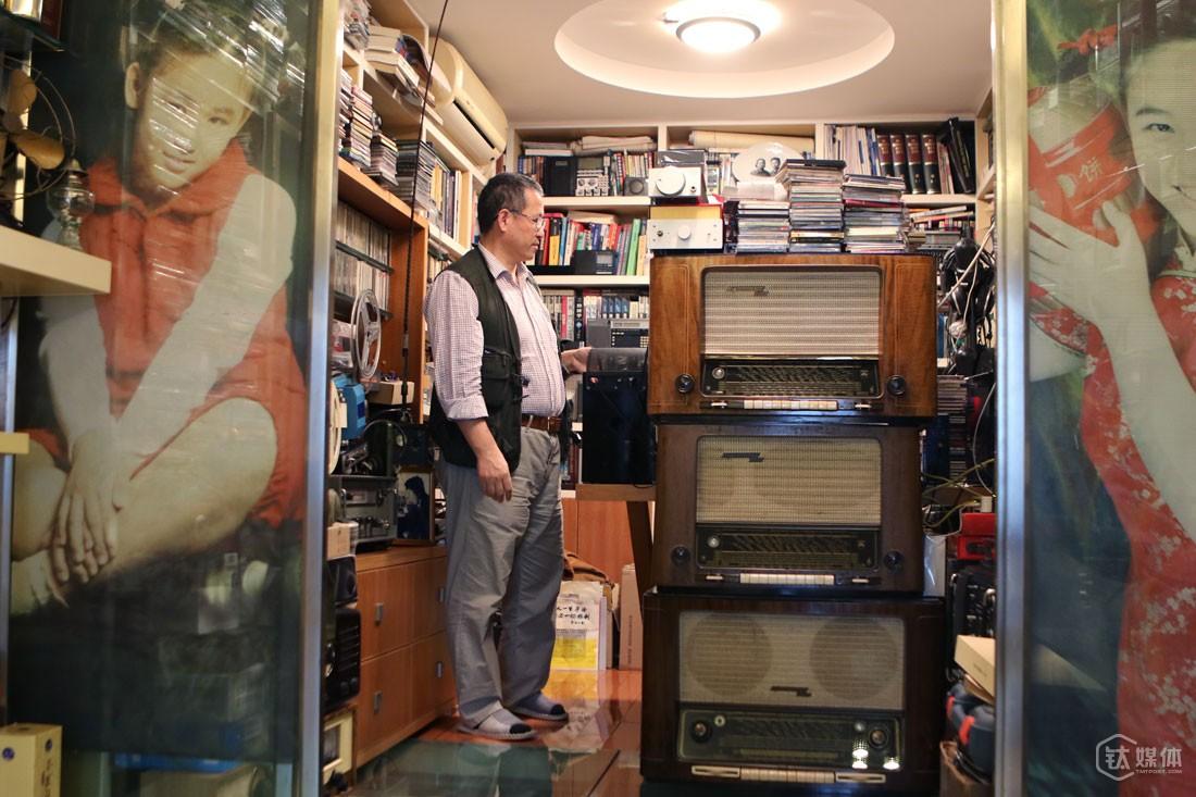 """曾德钧家里,摆满了功放、收音机、音箱,但收拾得井井有条。""""他东西太多了,老往家里带收音机,把空间全都占了,来送快递的人,以为我们家是做淘宝的。""""不过她说,虽然念叨他,但这些东西她都喜欢,""""他喜欢的东西都差不了""""。这些年,曾德钧买收音机、做收音机,花了不少钱,妻子一直都很支持他,""""如果他需要,我会倾尽所有。"""""""