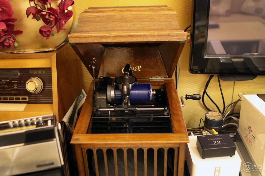 曾德钧家里最古老的是一台产于1893年的美国蜡筒留声机,是他花了1000度美元在美国西部优尼卡附近的一个小镇上购买,并抱回来的,这台机器至今还能使用。