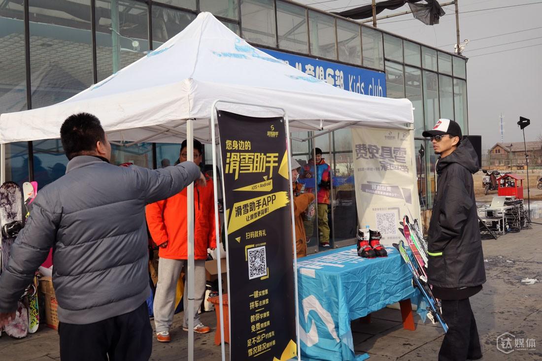 相比其他O2O产品在大街上扫码,球叔的滑雪助手需要更有效的地推,他选择和雪场、体育场馆合作,因为这些地方的人群非常精准。
