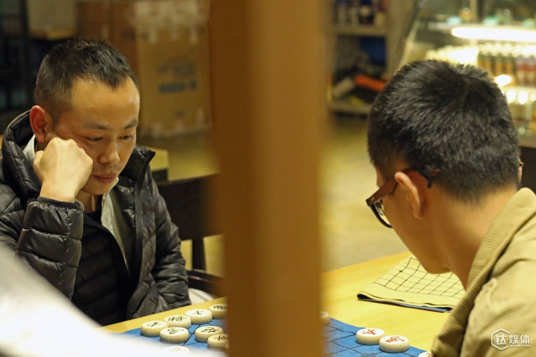 "Wang Xiaosheng has spent three days at the café, and during these days many people had come and play the game with him while some discussed projects with him. But most people were attracted by his sign near his chess games, which read ""one against three"". After a few rounds of chess games, some entrepreneurs would talk to him about stories of success and opportunities, and invite him to visit their company. However, Xiaosheng later realized that they were just finding some naïve entrepreneurs to trick, similar to pyramid selling."