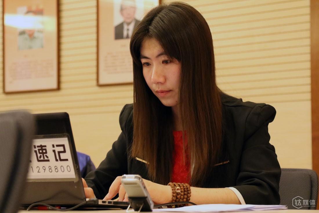 """大学专业旅游和酒店管理,毕业后做过一年导游,还在酒店做过半年,任倩乐性格比较内向,觉得那些工作不太合适,2004年她在网络上知道速记这个职业,便从山西到北京学习。""""我安静地坐在那记录就行了,不需要太多沟通,基本当场可以做完,一般没有后续工作"""",然而,最开始的练习非常太枯燥,就是不停地听录音打字,练指法,""""很多人受不了,坐不住,一起学的最开始几十个人,现在只有我一个还在做。"""""""