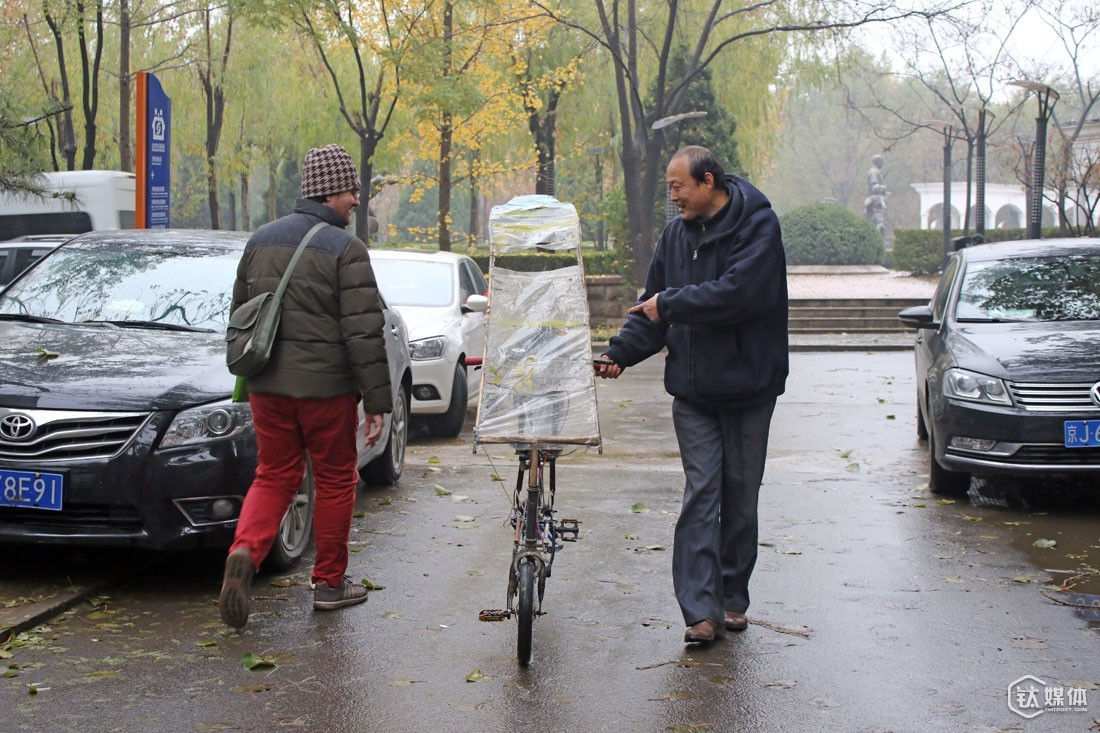 As long as someone seemed to be interested in his bicycle, Mr. Qu will approach them and promote his bikes, as well as his reflectioins on the traditional bikes.
