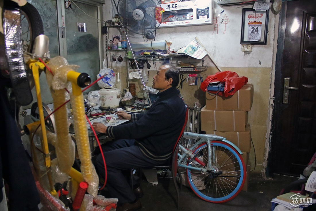His mother's house was also filled with bicycle parts. Mr. Qu recalled that his family was unwilling to see him play with bicycles when he was young, but when he grew up and led a decent life, they gradually accepted his hobby and even felt glad with it.