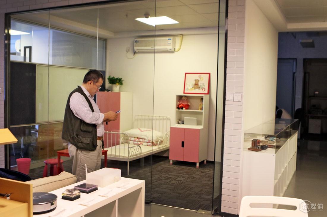 为了让设计和环境融合,云动创想的办公室里,设置儿童房、客厅、餐厅、厨房、书房等场景。