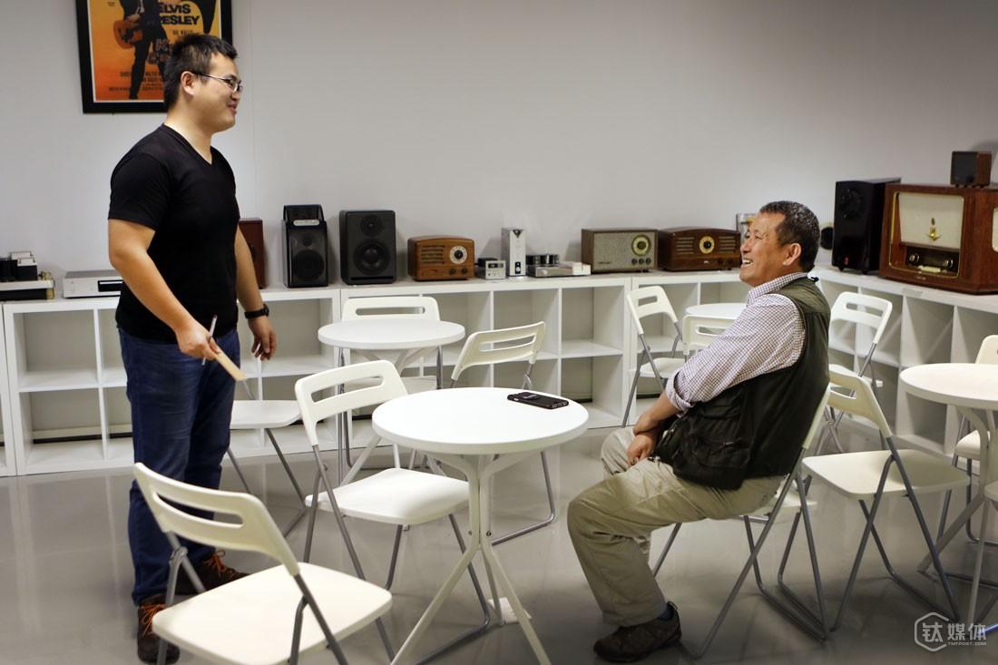 """深圳一家报社记者以""""创意达人和他的工作空间""""为主题采访曾德钧。曾德钧的办公室是个书房,他说,产品的设计发明是个发散的过程,创造力只会在很轻松的环境下产生,所以办公室一定要有文化气息和轻松氛围。  采访见报后,他办公室的图成了这个专题页面的看点图片。经常在各类媒体露脸,这样是不是太高调了?他说自己不是一个高调的人,""""谁要加我微信或者要我手机号,我都不会拒绝,我们众筹和销售平台上,每个客户我都会回答,我从没觉得自己是什么,我一直在用一颗平常心和用户打交道。""""曾德钧认为,互联网精神就是开放、包容、平等,只要有这样的态度就好,高调到张扬的人往往没有一刻平常心去面度荣誉和社会的掌声。"""