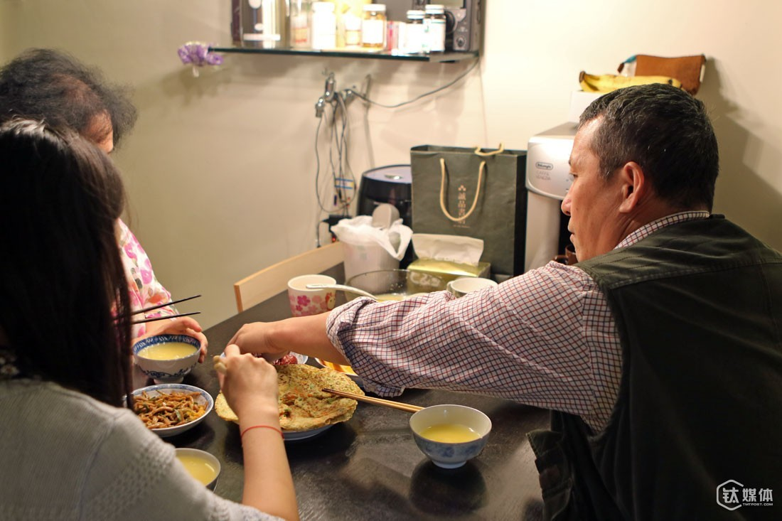 "Mr. Zeng has a very happy family to support him. His wife will make breakfast of different kinds every day. ""I enjoy making a big dinner for my beloved husband, so that he could absorb enough nutrition for a day's work,""his wife said, ""my mother used to do so when I was a kid."""