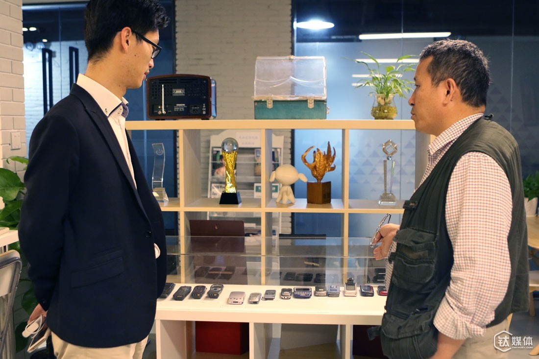 Many visitors will be attracted to machines and products on this shelf: from wax cylinder phonographs to his own handmade products, and from Motorola to iPhone. According to him, these devices keep reminding him that he shouldn't keep his products to himself and design products from a larger perspective, as did Steve Jobs.