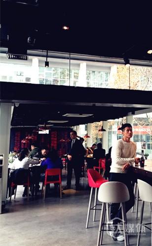 餐厅吸引了很多时尚潮人用餐