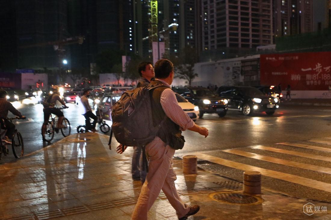 """从云动办公室下班,曾德钧一般都会步行回家,近4公里路程,对他来讲是很好的锻炼,尤其是自己天天都背着包,""""我这个背包用了6年,我每天背着,所以我身体还不错""""。"""