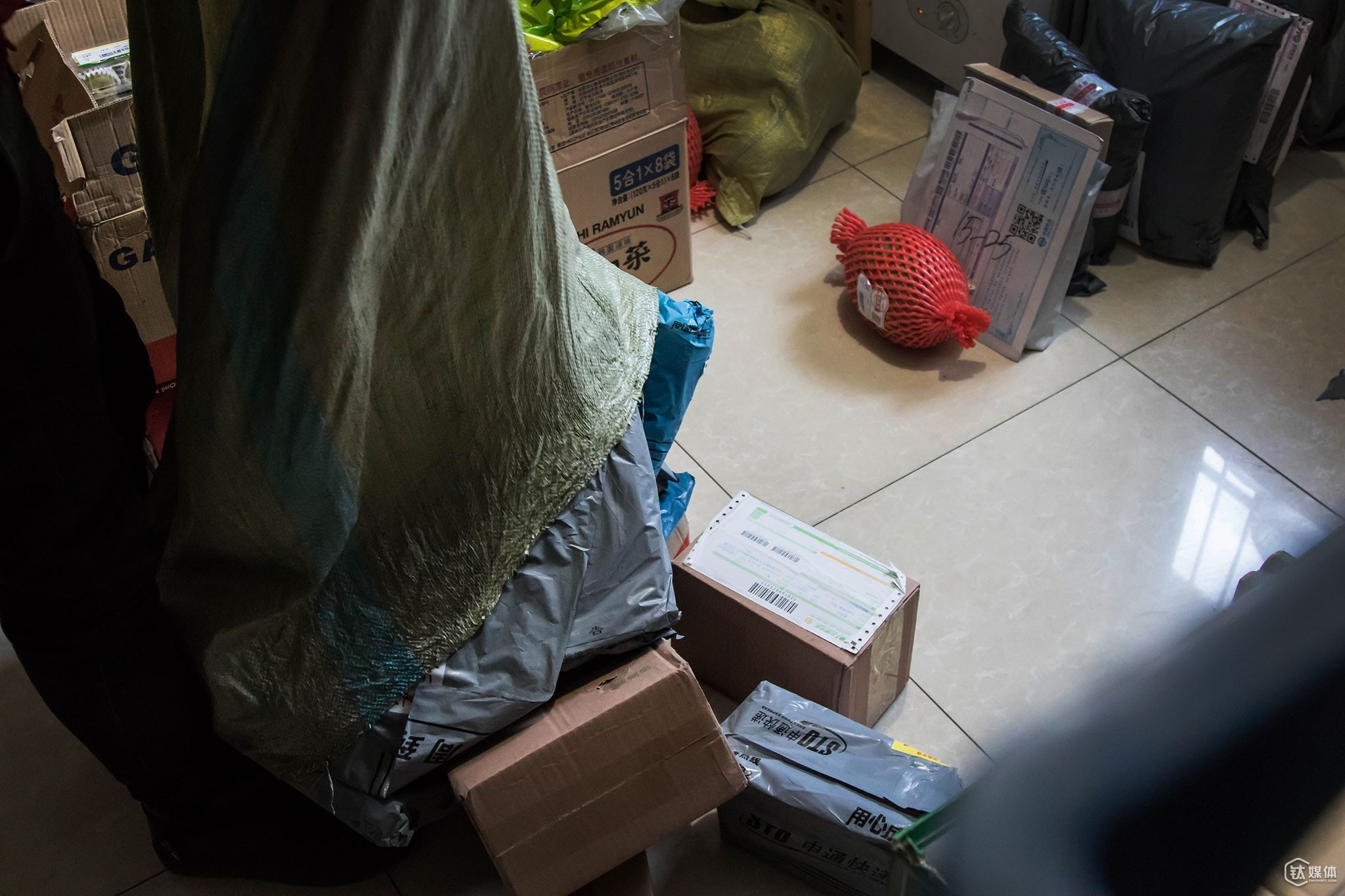 At 12 pm, a deliveryman sent to the convenience store a large bag of parcels.