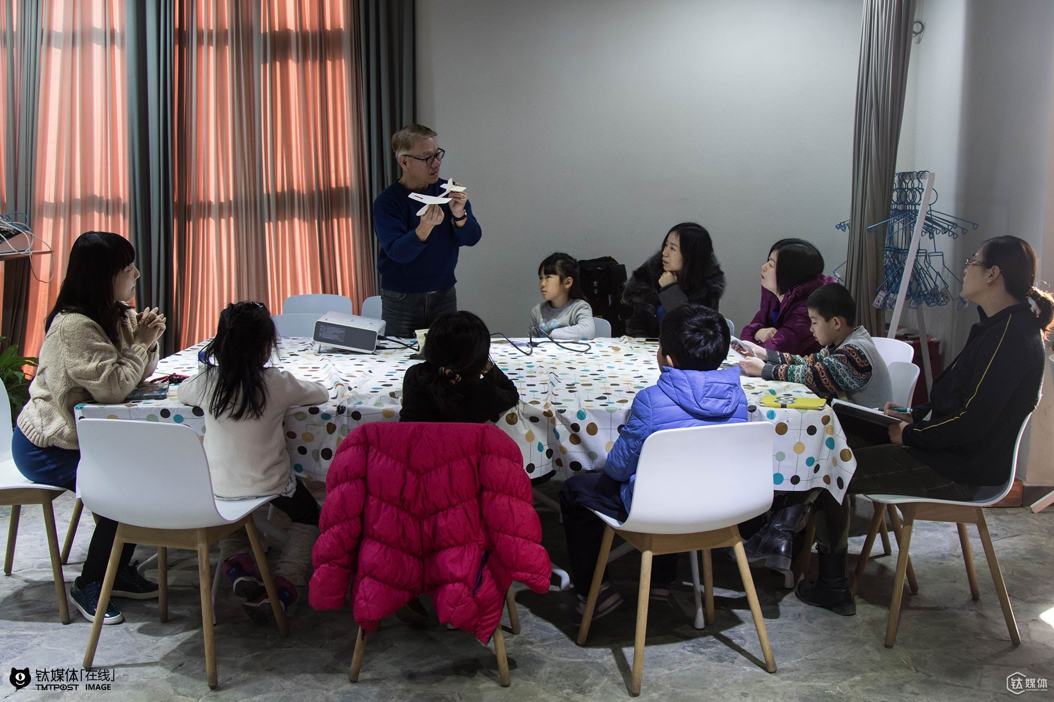 "January 19th 2016, Zheng Fude was teaching a parent-children airplane model making course at an early education center in Beijing. Zheng Ailing's profession was early education. When his father met its lowest point of his life, she encouraged him to teach local kids plane model making in Taoyuan. ""We did it for free for a month and then when we started to charge them for tuition fee we realized that these kids' families were quite poor,"" Ailing and Fude were not sure if they should continue to teach plane model courses at that time. Though upset as he was, Zheng Fude persuaded Ailing to continue their business: ""Everyone of us has our own suffering and hardship. And since we have met each other, we should take our responsibilities and keep teaching them."" Subsequently, they started to teach these kids for free. The kids gave Zheng Fude a nickname, Dr. Blue, for whenever they had questions about staff related to the sky, they could always ask Fude. And later after several visits to Beijing, Zheng Fude decided to bring his courses and his airplane models 35 years in the making to this capital city of China. Zheng believed that in Beijing he could once again achieve his own value."