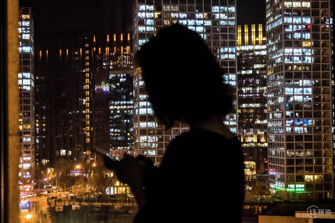 """北京中环世贸中心,李小玉在华兴资本办公室。在这个寸土寸金的CBD,她每天的工作就是为创业团队找钱,几乎每笔钱都以千万为单位起,相比之前不到一年的投资总监的经历,做FA对她来说意味着更强大的压力,""""要找到合适的钱,找到对创业者最有意义的钱,每个创投机构的价值观不一样,有的就是想投好项目,有的人就是想快速退出赚钱。"""""""