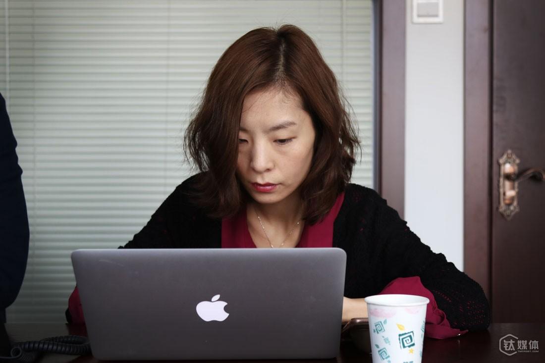 """李小玉喜欢跟创业者打交道,她说自己将来的职业规划,也会一直聚焦在与创业者相关的事情上。现在作为一名FA,对于接不接一个项目,她有自己的一些考量:""""首先团队一定要靠谱的,创始人是不是全心创业,几个联合创始人的专业背景有没有互补性;第二看项目有没有踩对行业和时间点,是否在市场上找到一个好的切入点;第三看商业模式以及需求的真伪,如果是2C端的,有没有真正服务好用户。"""