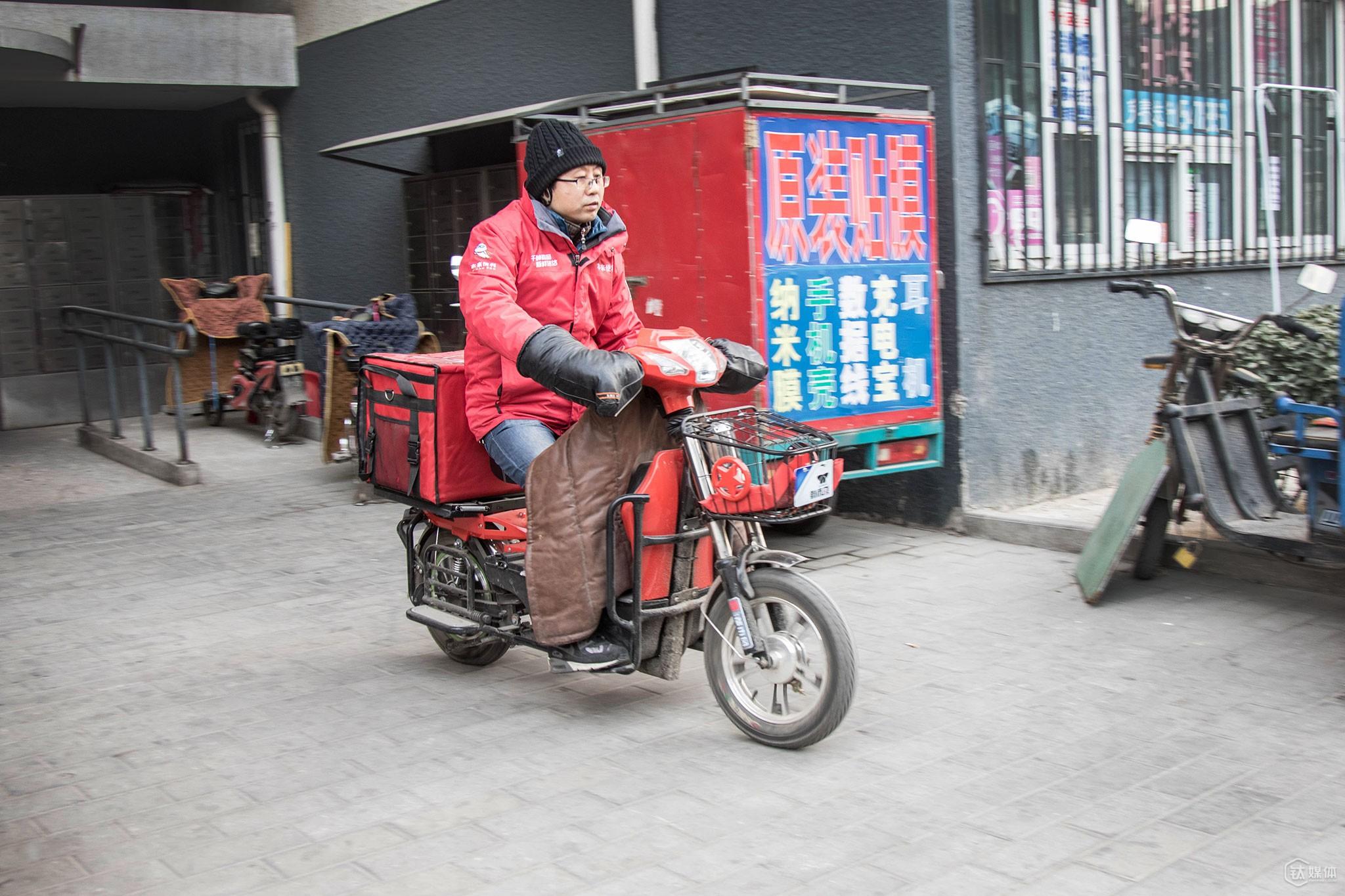 下午4点半,唐元骑车去市场补货。