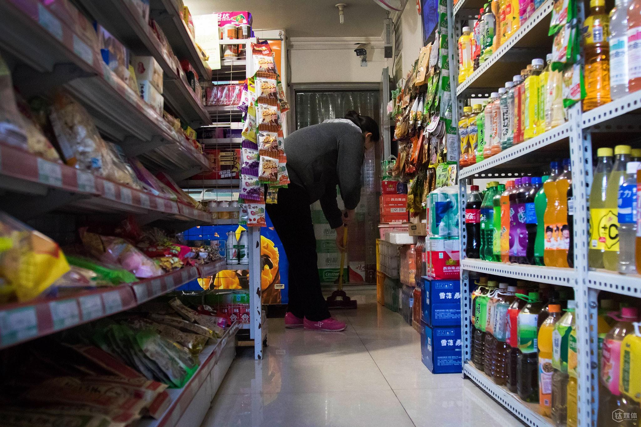 2016年1月15日上午9点半,店主张慧(化名)开始打扫店内卫生。这是一套70平米的两居室,张慧和丈夫唐元(化名)将房子格局稍作改动之后,在这里开起了便利店,小店主要卖饮料、零食、烟酒、简单的生活用品等。