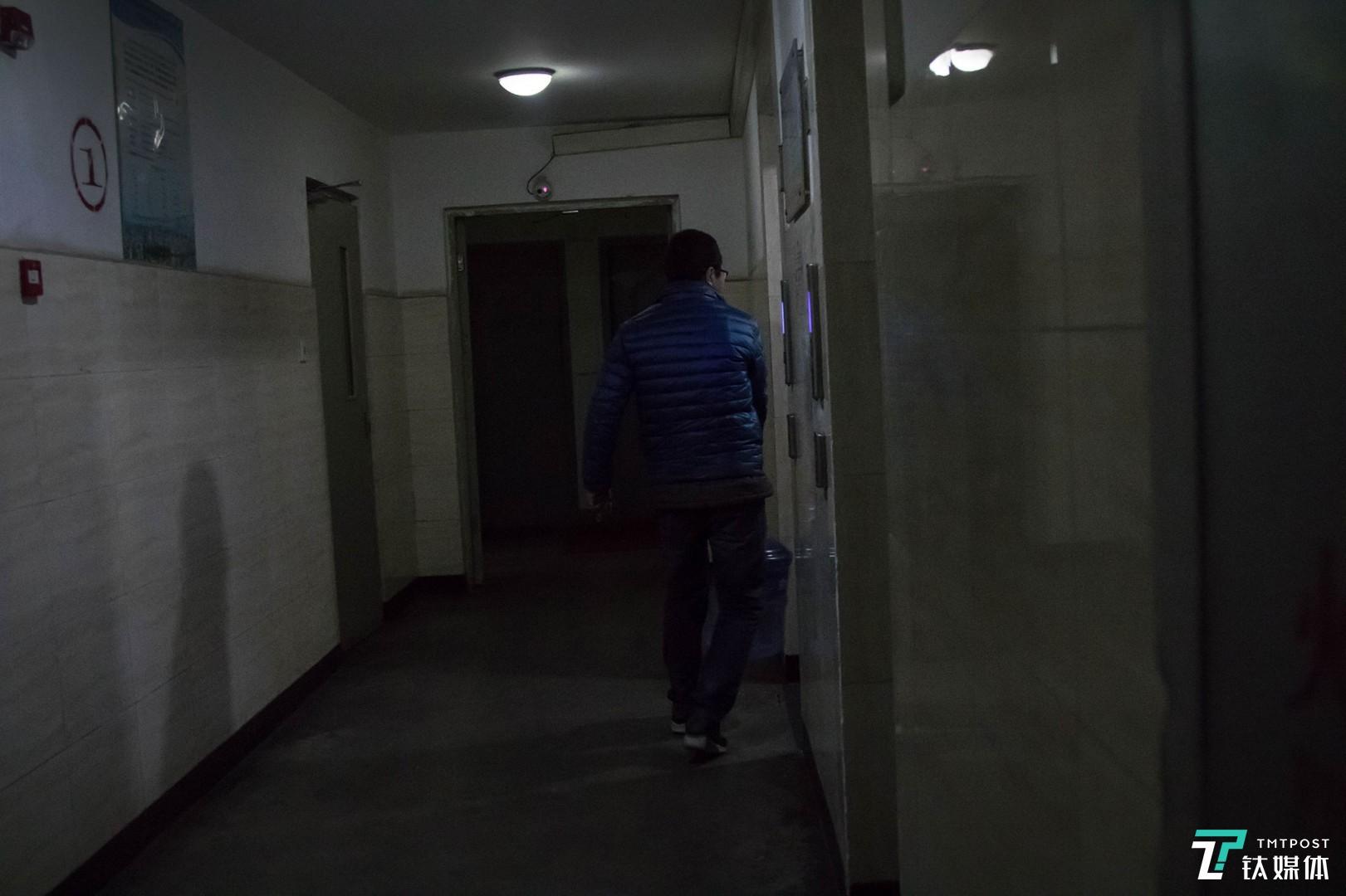 晚上9点左右,唐元给一名住户送桶装水。