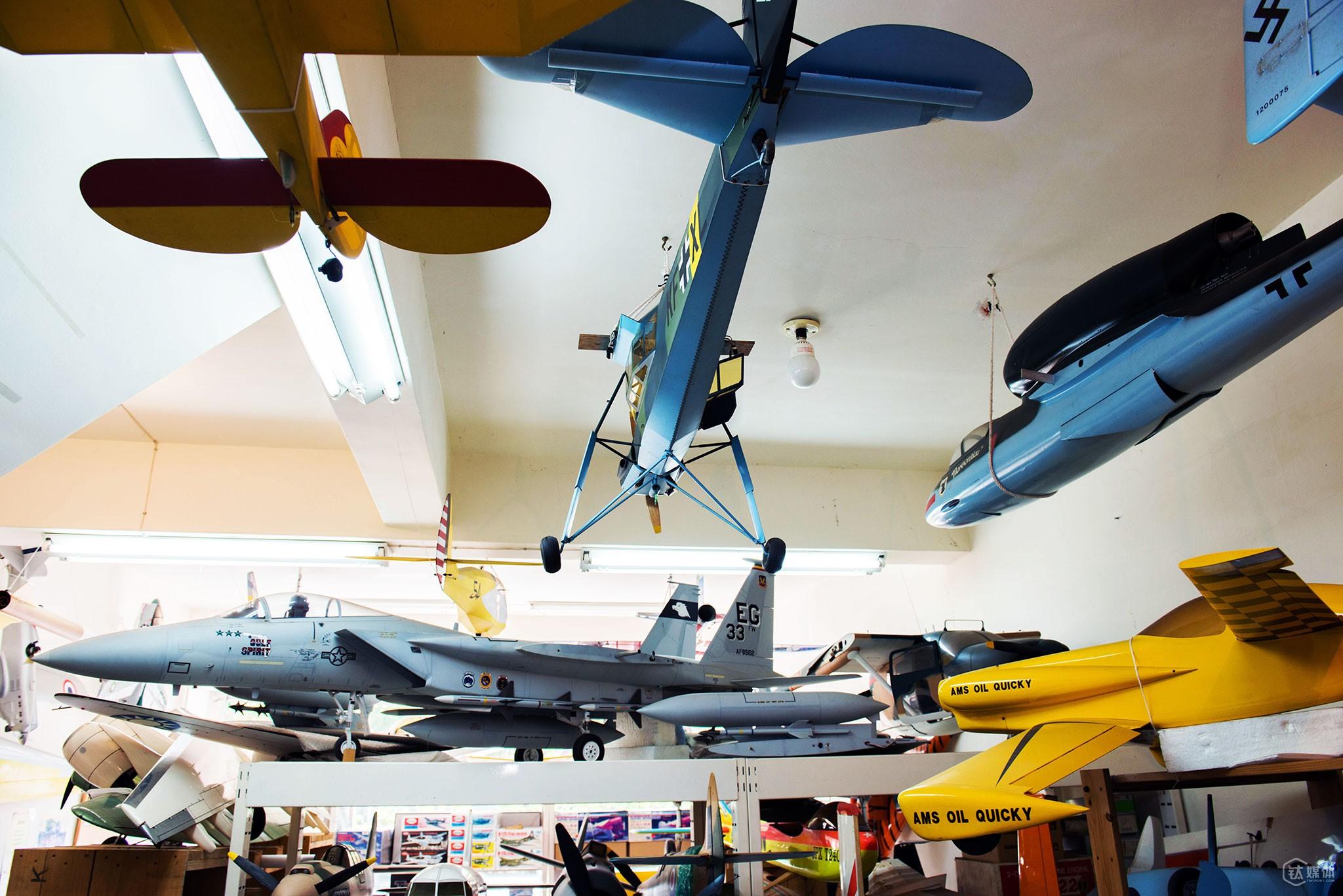 """郑富德在台湾的模型店里陈列的很多飞机,都是他35年以来亲手做的。货架最上层是一台6:1的幻影战斗机模型,它的飞行速度可以达到200公里每小时。郑富德的店,最风光的时候开在了台北101旁边。后来,由于OEM量产的模型大量进入台湾,加上受经济周期的影响,店面倒闭,濒临破产的郑富德带着自己的手工航模回到了桃园乡下。  """"爸爸做一台模型,短的要一个月,长的要半年,他做起来不计成本,但卖起来却不像个生意人,有时客人真心喜欢他的模型而钱不够,他会半卖半送地给人家。""""女儿郑艾玲说,父亲回到桃园后非常低落,她从国外回到台湾,开始想办法帮他走低谷。"""