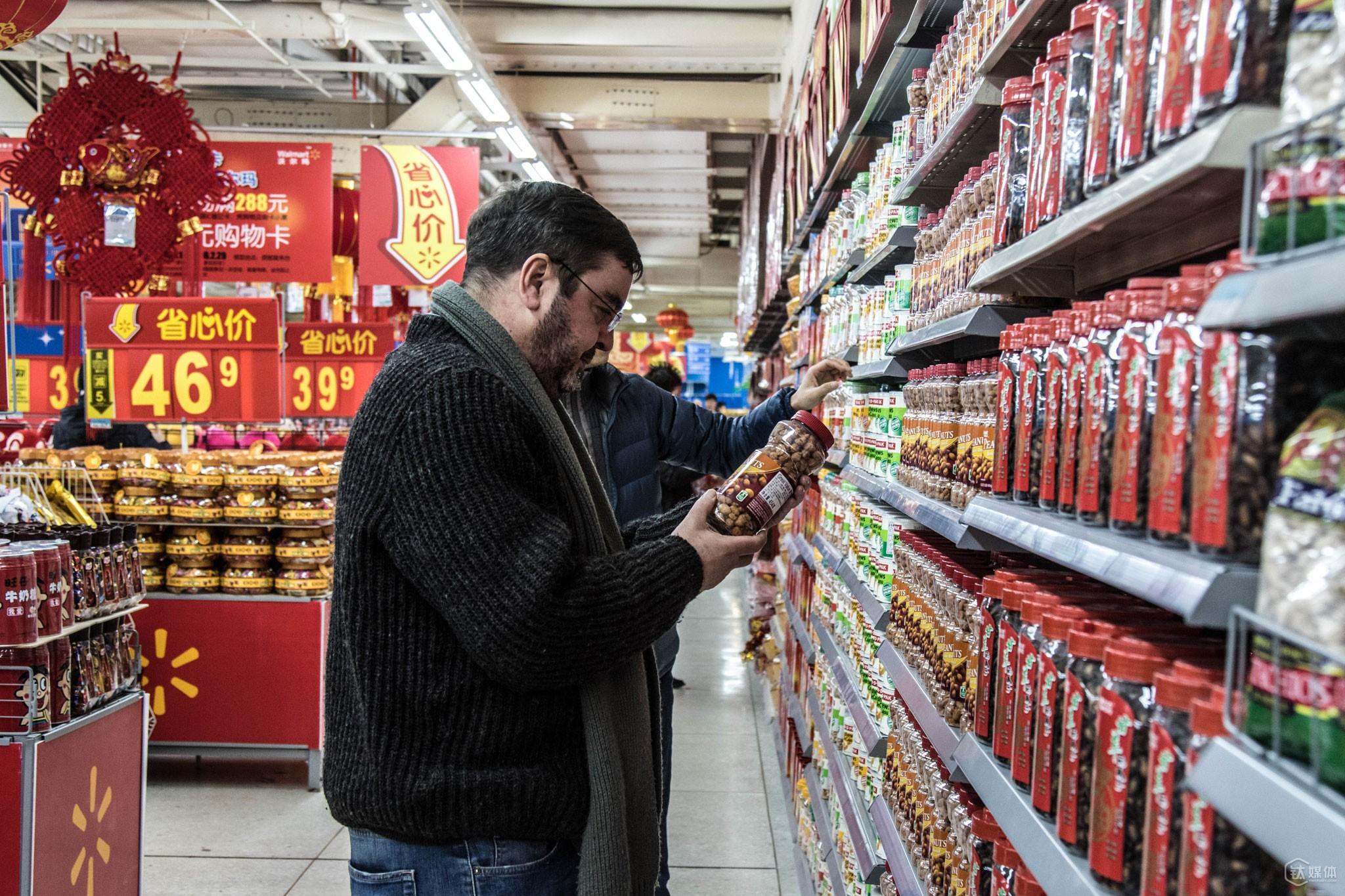 托马斯和同事在一家超市的进口食品区随机采购检测样品。因为来自各方面的压力,目前优恪只做在中国销售的国际品牌检测,检测主要依据欧美、世卫相关标准进行,每次的检测周期为3个月。