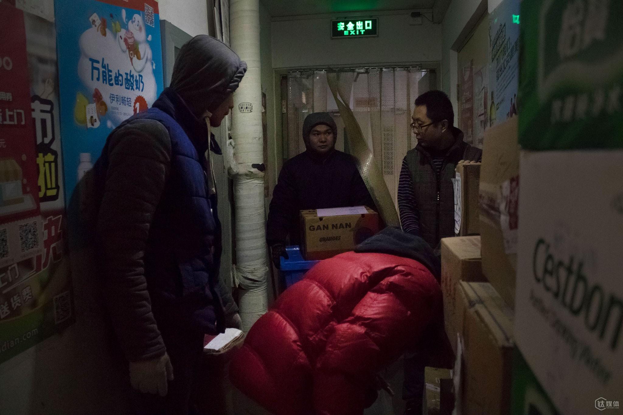 11点30分,几个快递员同时挤在了店门外的过道。这家小店每天最多时有将近20家快递公司的快递员过来送包裹,由于地方不够,大家会把一些纸箱的大件放在过道。