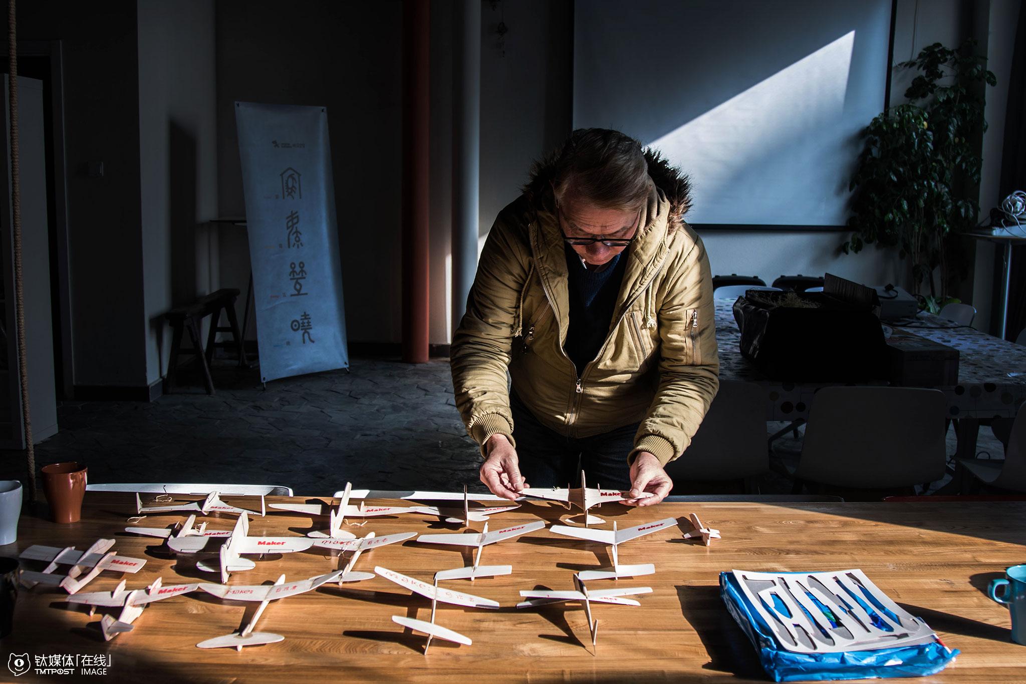 """到北京教课,郑富德带来了一批大大小小的模型。他的课程从卡纸飞机、巴沙木飞机、骨架飞机,一直阶进到遥控飞机,""""做航模最难的是耐心,是坐下来静下心"""",郑富德在教的过程中,并不是采用常见的套件拼装的方式进行,""""任何成品都不要,要训练孩子从无到有的创造能力。""""2015年,在北京人数最多的一堂试教课,来了400多人,就是那堂课,让郑富德决心来北京发展。"""