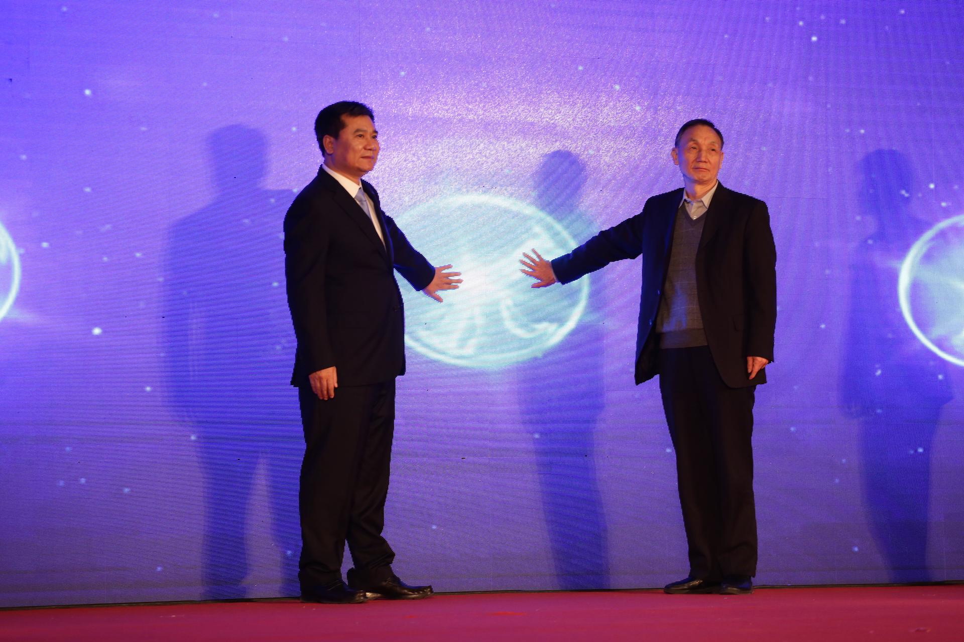 苏宁控股集团董事长张近东和中兴通讯股份有限公司董事长侯为贵