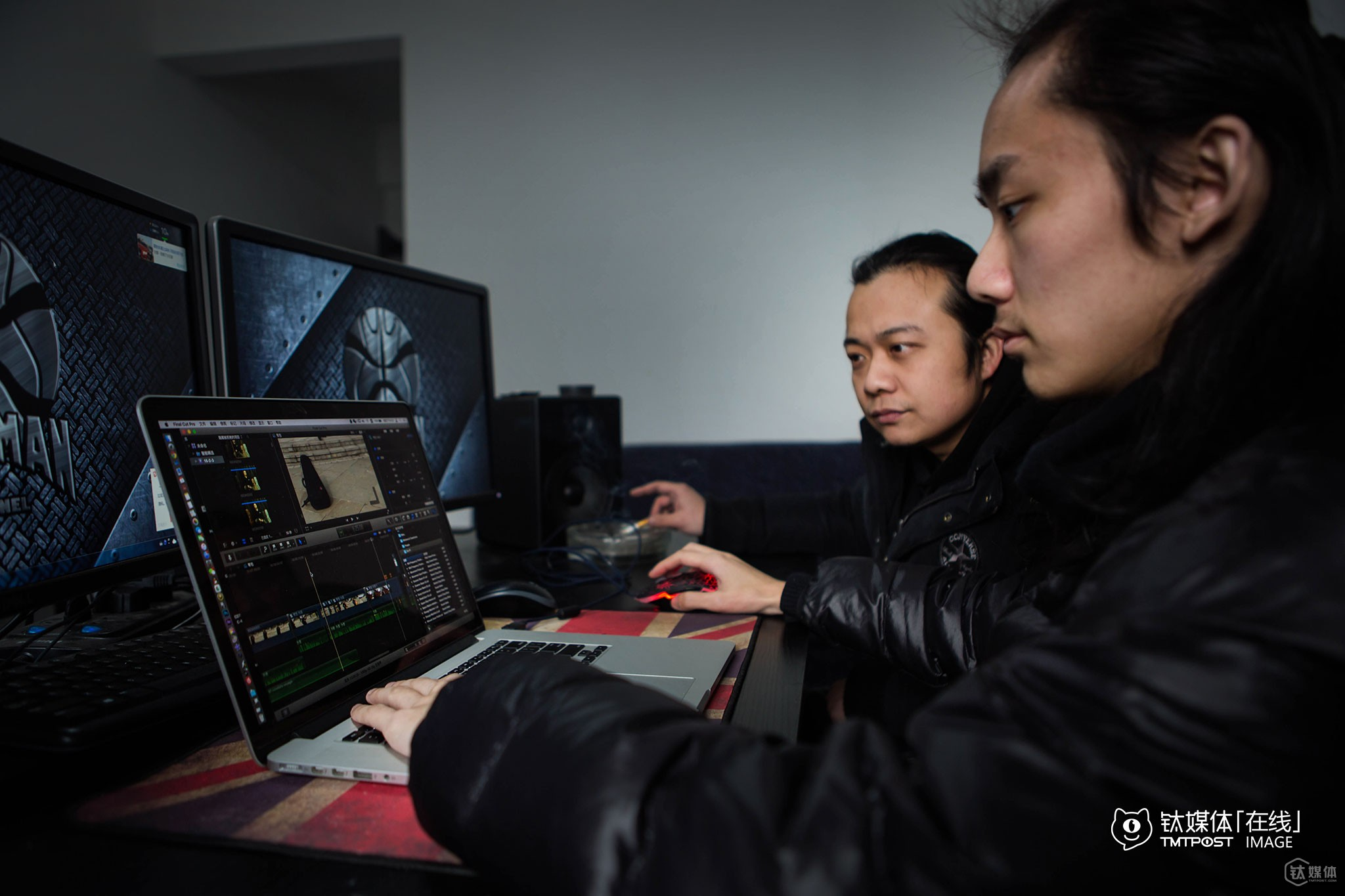 """Mr. Chen planned to make a program on choosing guitar bags. In the above picture, he was discussing with film editors over the details of the program. """"Many guitarists' guitars have been damaged due to poor express or airline express service,"""" said Mr. Chen. Mr. Chen found three kinds of guitar bags and emulate three different scenarios: dropping from the stage in music festivals, poor airline express service and water-proof test."""