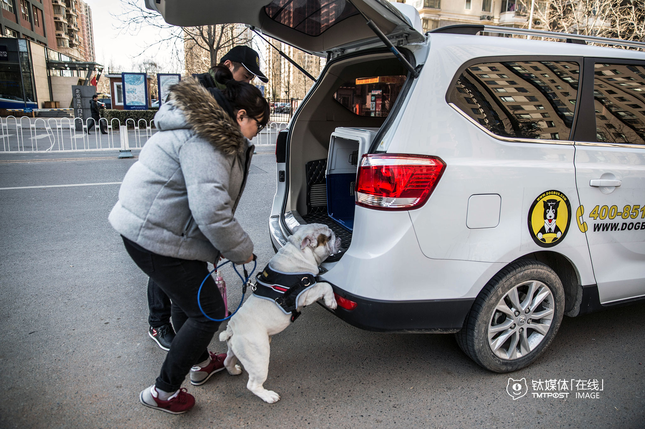 2016年2月20日,北京双井,一辆狗狗专车到某小区门口接一位用户和她的宠物狗,这位用户要带着狗去北三环一家宠物乐园。目前,狗狗专车收费3.8元/公里,不设起步价和时长费,用户在微信服务号预约页面输入起始点即可知道实际运送费用。