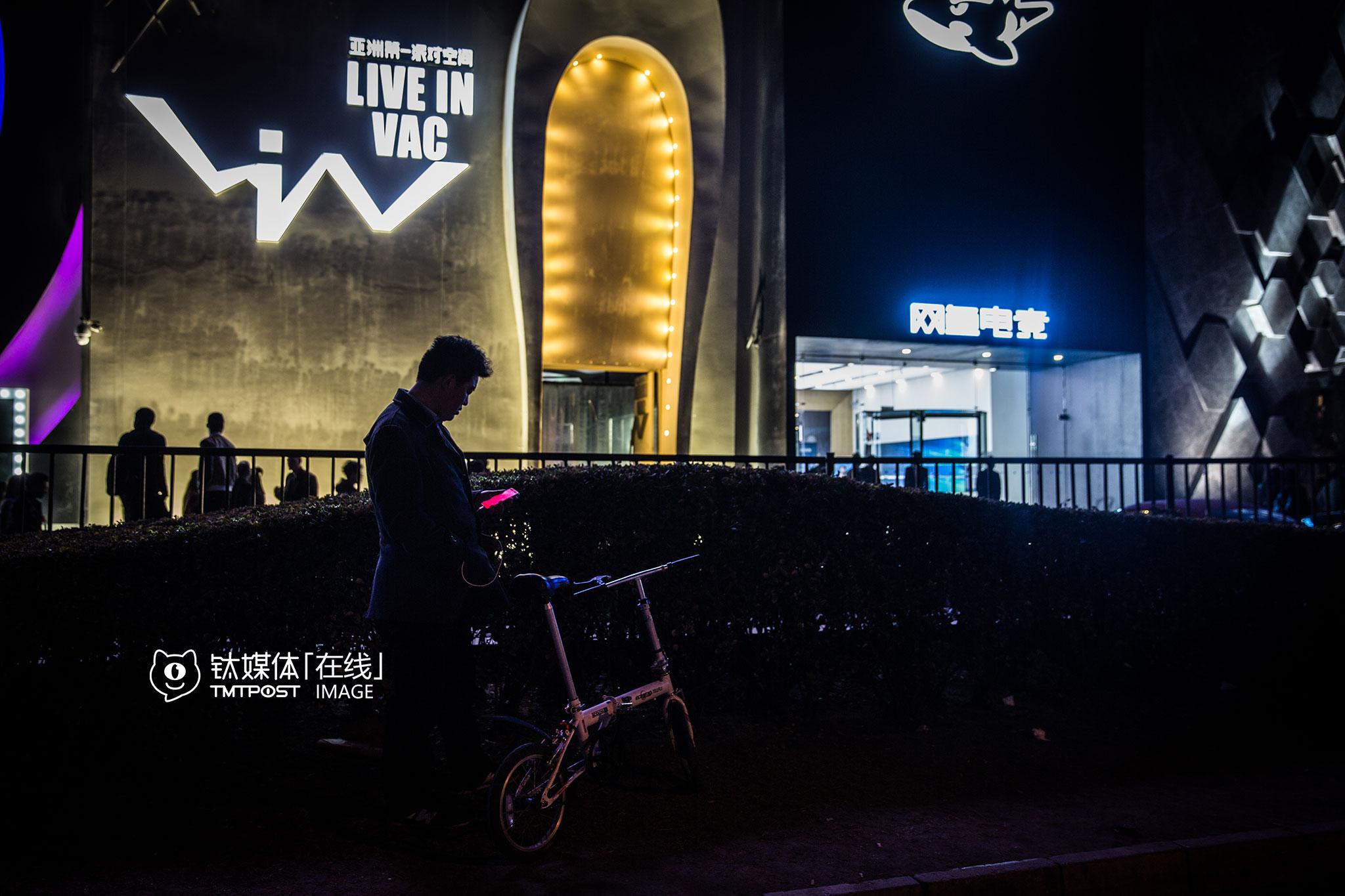 3月19日凌晨1点,北京工体,一名代驾司机在酒吧外等待订单。北京无疑是国内应酬和酒局最多的城市,也是代驾需求最大的城市,这些互联网代驾平台上的司机,都至少拥有5年以上驾龄,他们之中有全职、兼职,平均每天接单在3到4单,也有人可以接到8到10单,收入在两三千到上万不等。
