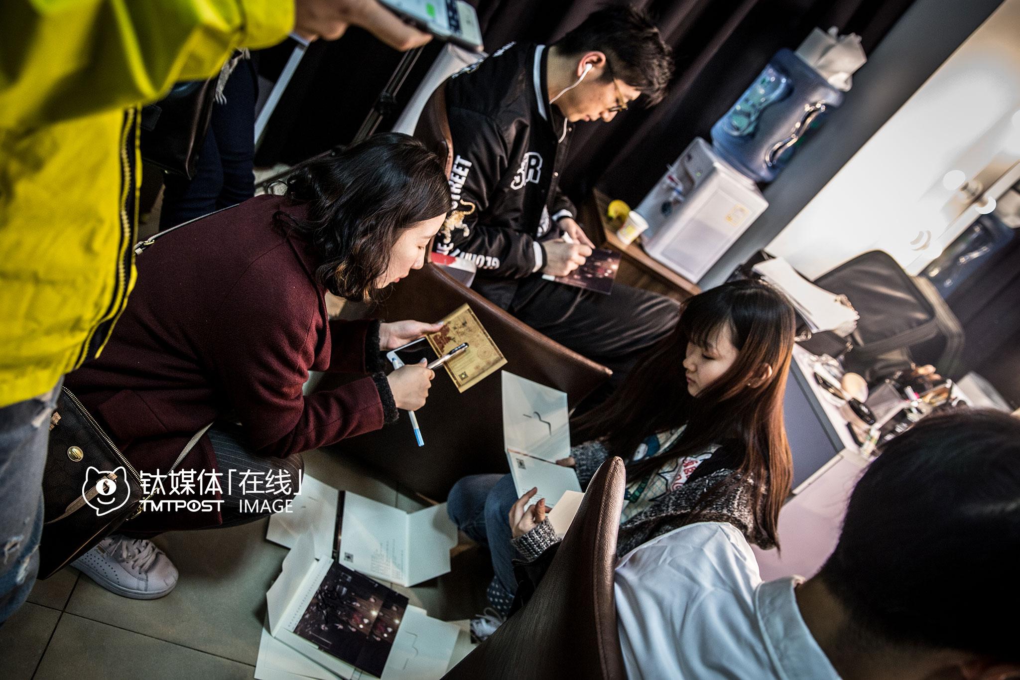 化妆间隙,《报告老板》主演之一白客在万合天宜的卡片上签名,这些卡片将作为礼物送给万合天宜的粉丝。