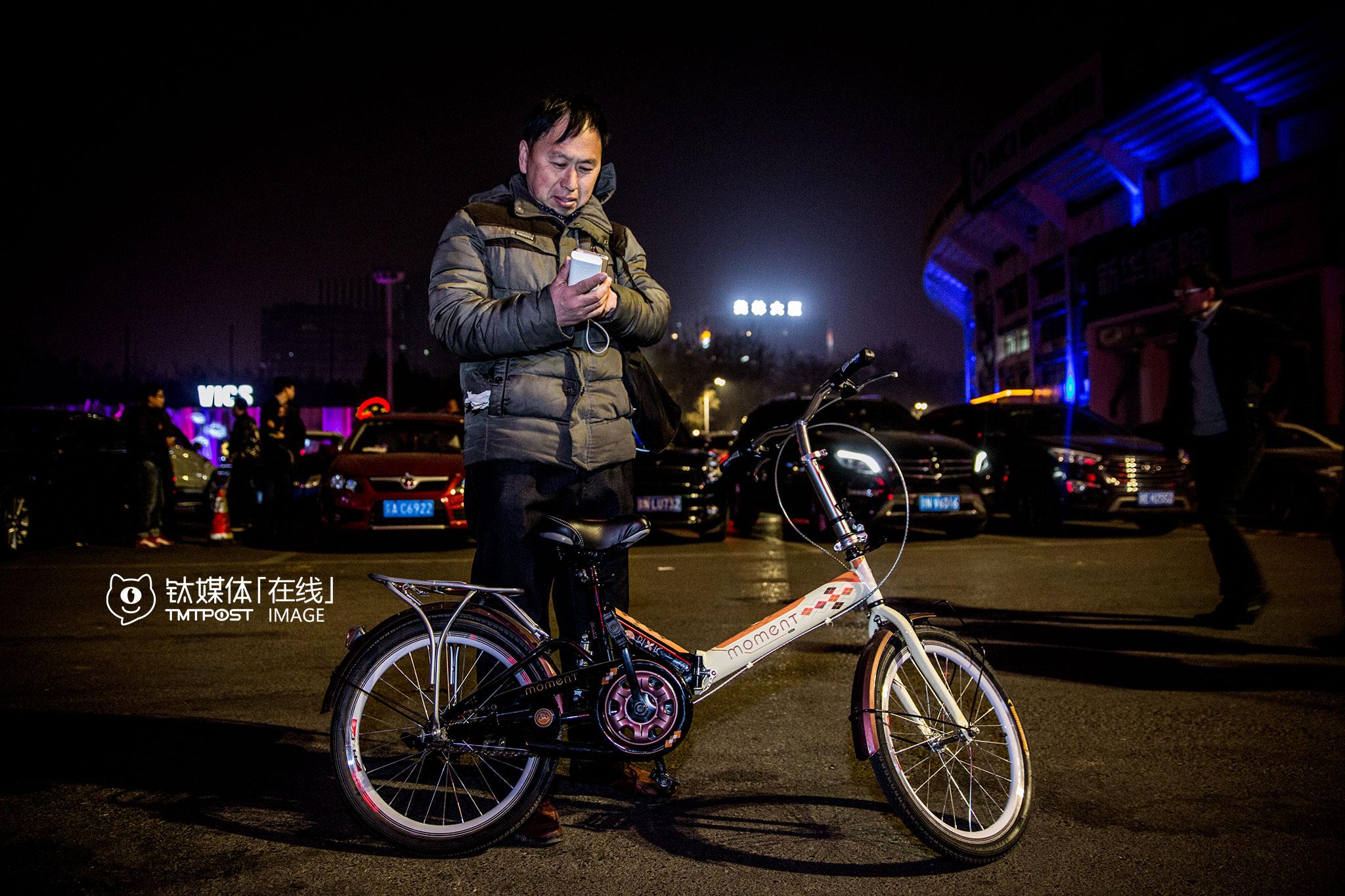 3月15日,一名兼职代驾在等待已经预约好的客人从KTV出来,对方预约了23:45,他在KTV外从11点多一直等到12点多,对方一直没出来。