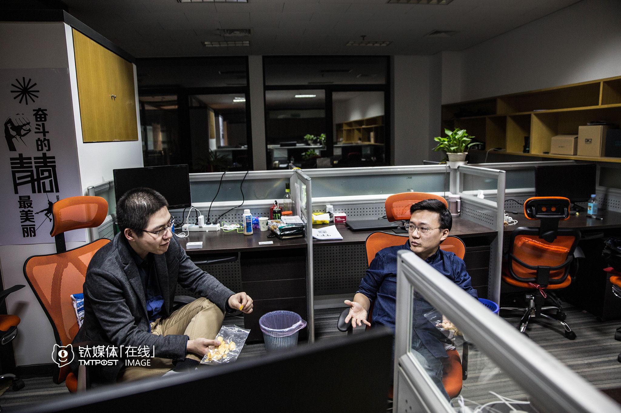 离开办公室前,吴祥东和钟杰讨论了一些招聘的问题。