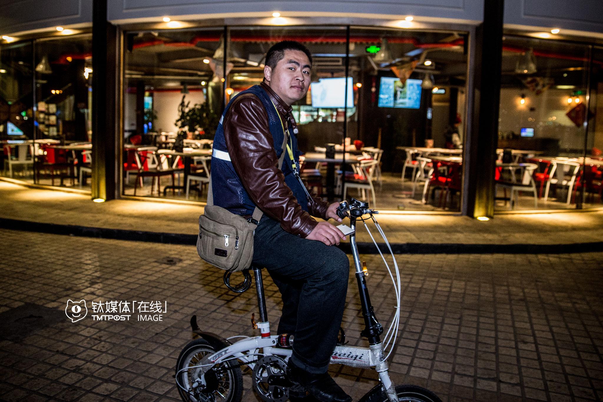 """刘师傅2015年一直在老家泰安做代驾,2016年1月13号开始转战北京。叫代驾的车主形形色色,他也遇到过一些酒品不好的人。""""就一次,客人上车就开始骂我,从酒吧门口一直骂到二环上,正好遇到查酒驾,我打开车门就下车,交警一看就过来把我按倒了,以为我酒驾要跑,我说我是代驾,这位顾客骂我骂得让我实在受不了了,我不想开了。""""刘师傅转头向后座客人说,""""哥你今天投诉我也好,怎么也好,今天这单我没法做了,我实在忍受不了了,你要愿意开自己开吧。""""客人一看这情形,马上不骂了,缓过神来赶忙跟他道歉,""""我还是上车把他送回去了"""",刘师傅说,自己当过兵,如果不是实在受不了了,也不会这样。"""