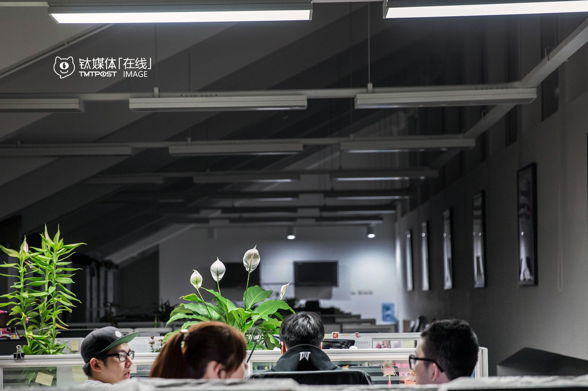 2016年3月5日00:07,北京莱锦创意产业园,DV篮球部落的4名台湾北漂正在加班。