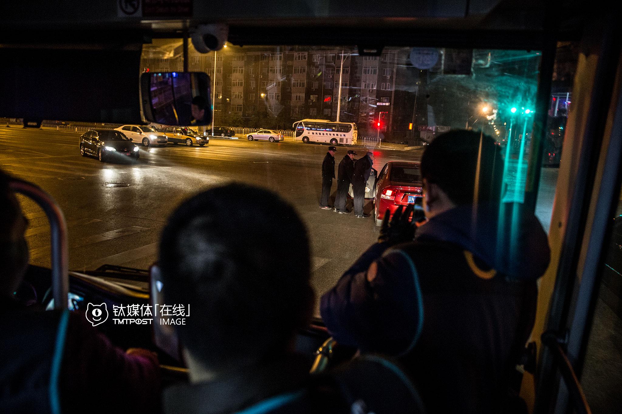 凌晨3点多,朝阳区一个红绿灯路口,几名交警、协警拦车查酒驾,公交车上的代驾司机马上围到前面看起了热闹,他们觉得现在代驾接单不多,跟交警查酒驾太少有关系。