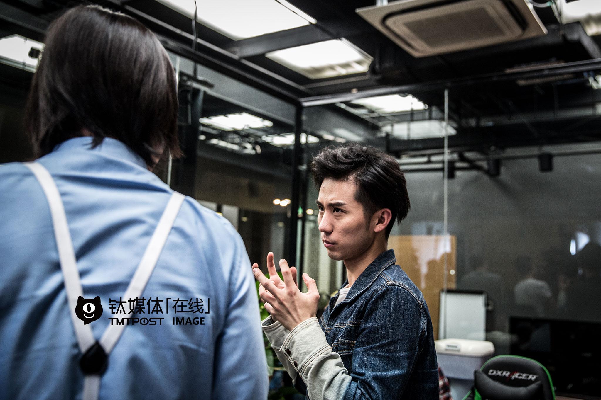 """拍摄现场,刘循子墨跟剧中""""老板""""张本煜讨论角色表演。"""