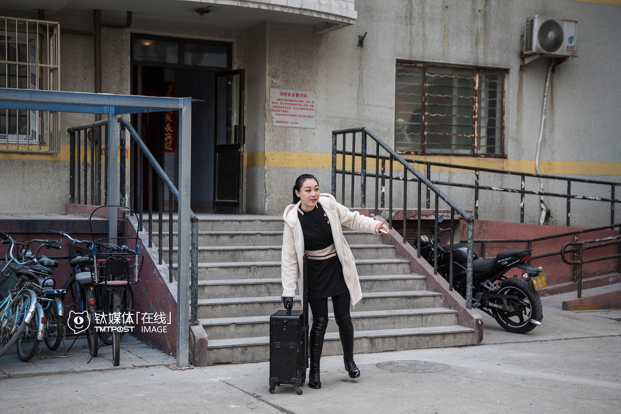 """2016年3月13日9:30,北京,王丽媛带着工具箱,出发开始一天的工作。这天她只安排了4位顾客,""""都是熟客,平时如果安排5到6位,需要早上7点出门,今天算比较轻松的。"""""""