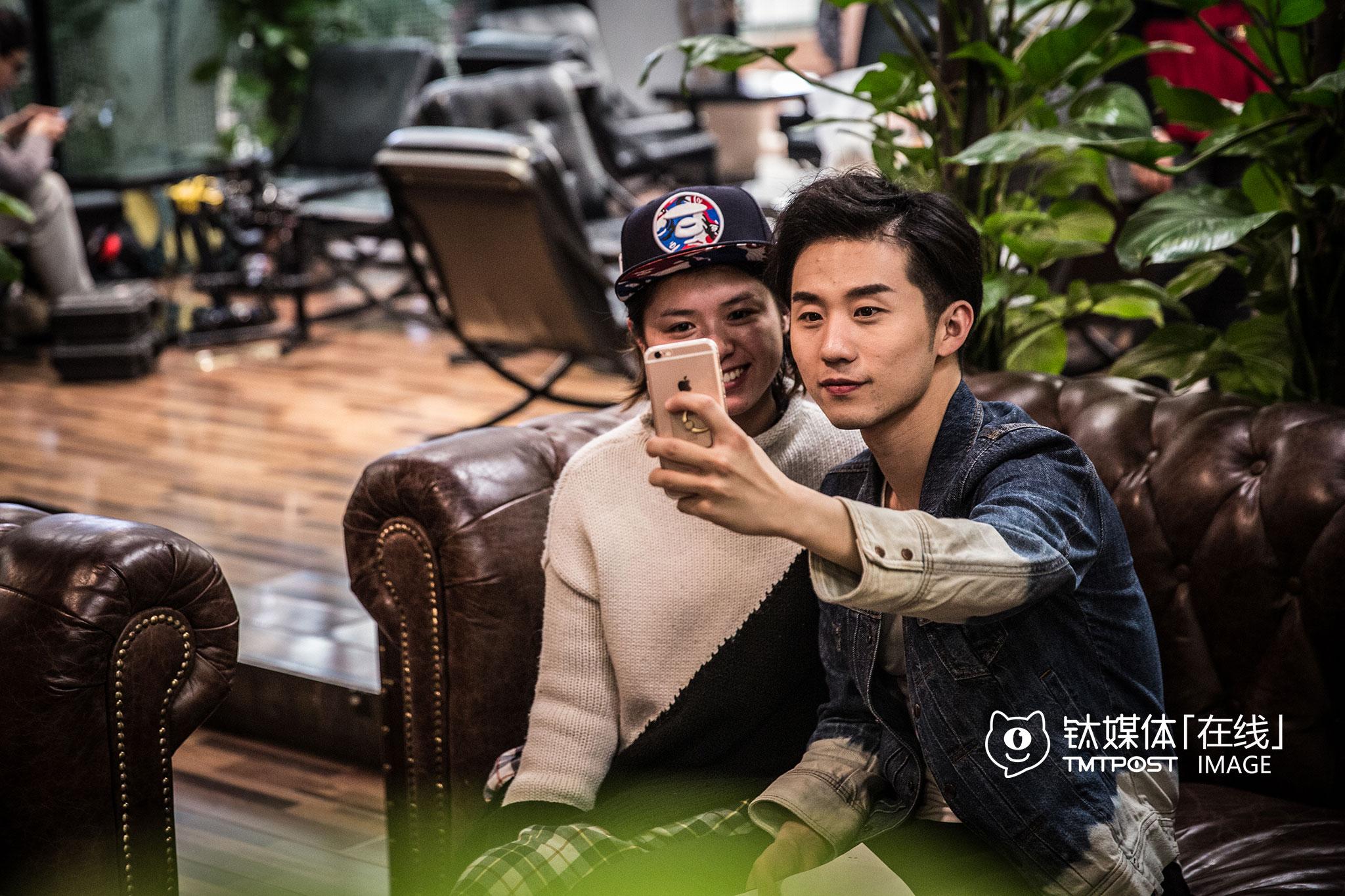 剧组化妆师是刘循子墨的粉丝。万合天宜是不少年轻人向往的工作地,初到公司的人,第一件事,大约都是在寻找那些在剧中看过的熟悉的面孔。