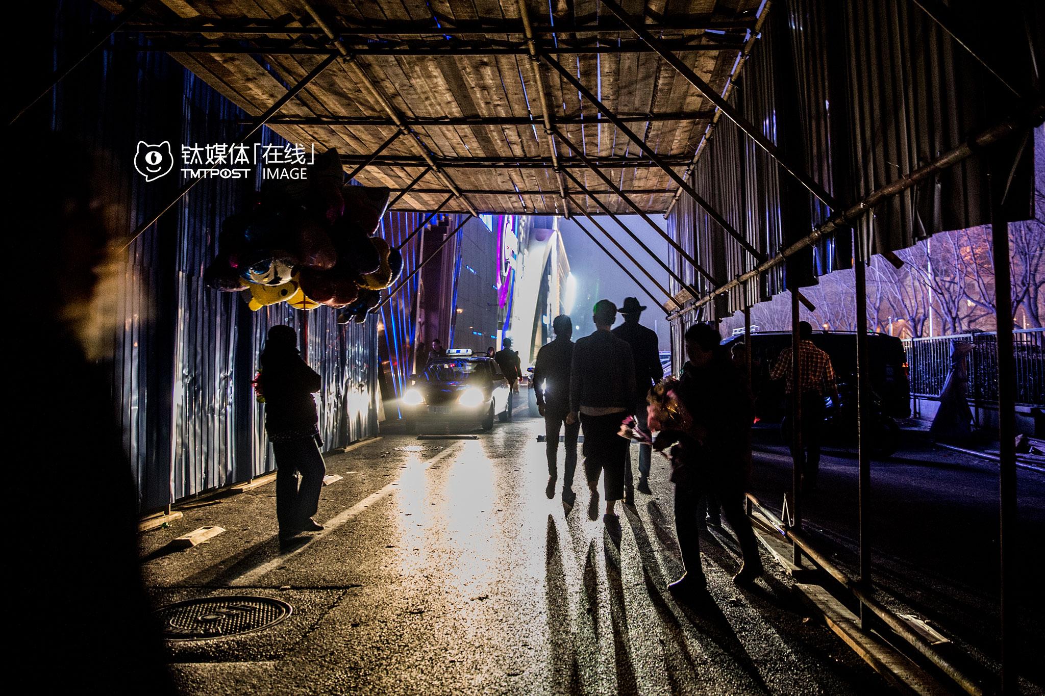 """在酒吧,保安一般都有自己替客人叫代驾方式。互联网代驾平台兴起后,酒吧保安和外来代驾司机之间难免会发生摩擦。3月12日,北京工体西路一家酒吧的保安因为不满代驾司机在酒吧前的路边等待订单,动手推到了代驾司机的代步电动车,双方发生了冲突,代驾司机报警后,30多名代驾在酒吧门口等待警察讨要说法,要求涉事保安露面道歉。""""那个保安始终没有再出现,后来大伙也散了,要接单继续干活,没办法。""""一名目睹事件的代驾说。"""