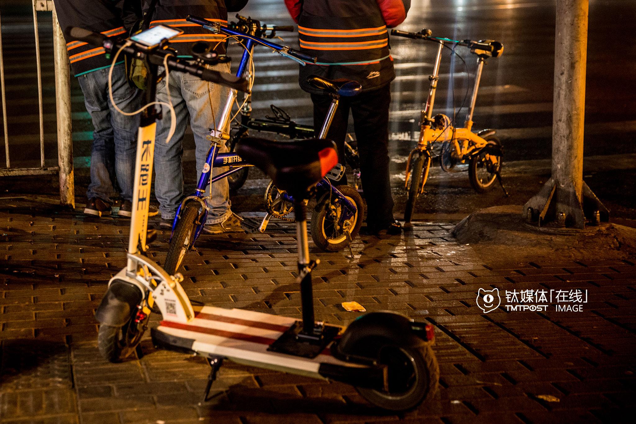 3月16日凌晨2:22,北京三里屯,等待订单的代驾。电动滑板车、自行车,是他们最重要的代步工具,接到订单后他们会把代步工具放到客人汽车的后备箱,以便到达目的地后离开。如果去到比较偏僻的地方,打不到车或者舍不得花钱打车,就只能靠这些代步工具回到四环,再坐夜班公交车,如果电动滑板车没电了,那就只剩下推着走这个办法了。