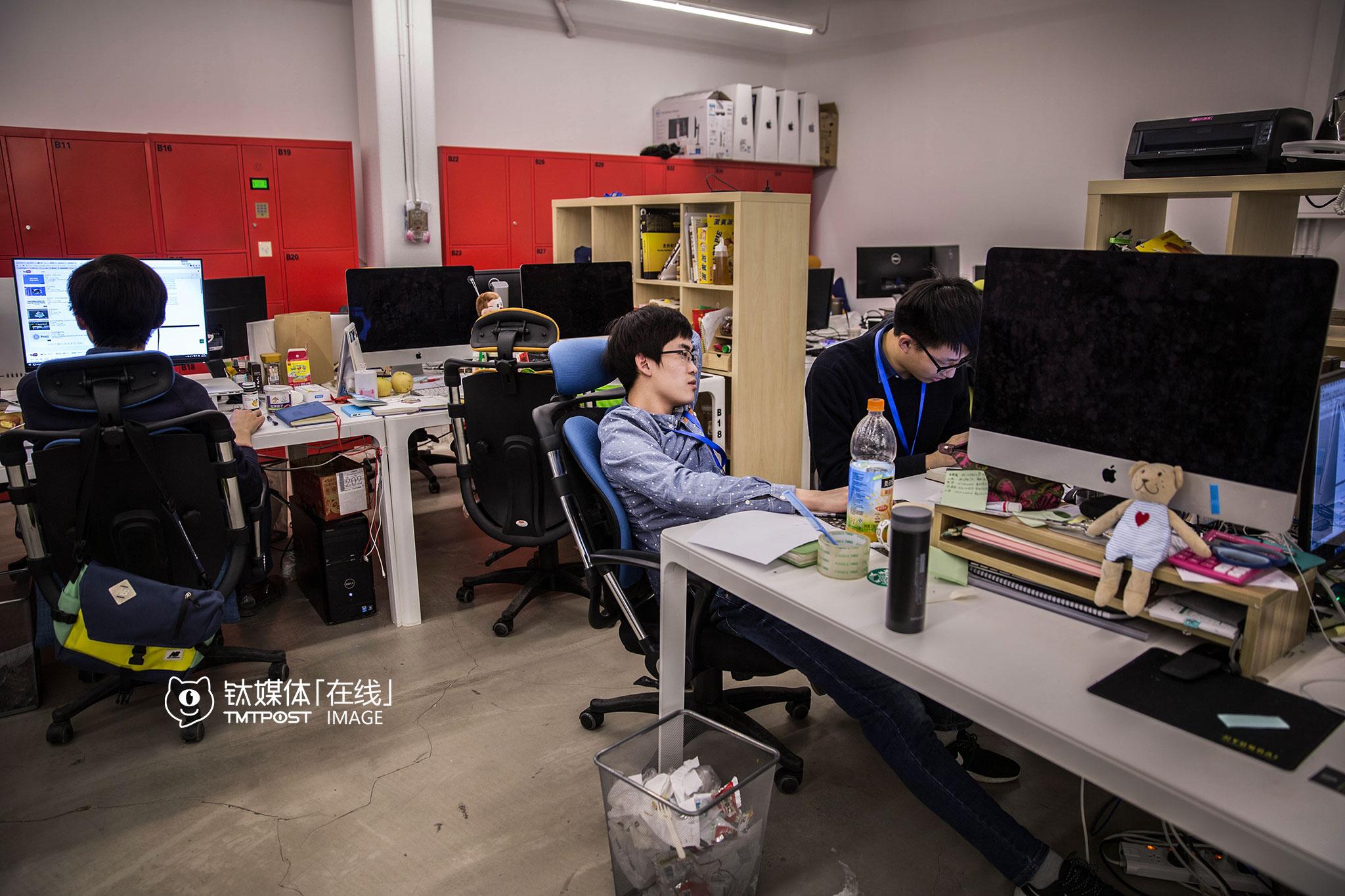 3月2日21:48,北京,王宝臣(中)在孵化器办公点与同事讨论产品。他们的产品创客贴是一款面向非专业用户的在线设计工具,3月份以来他们一直在完善细节,准备A轮。