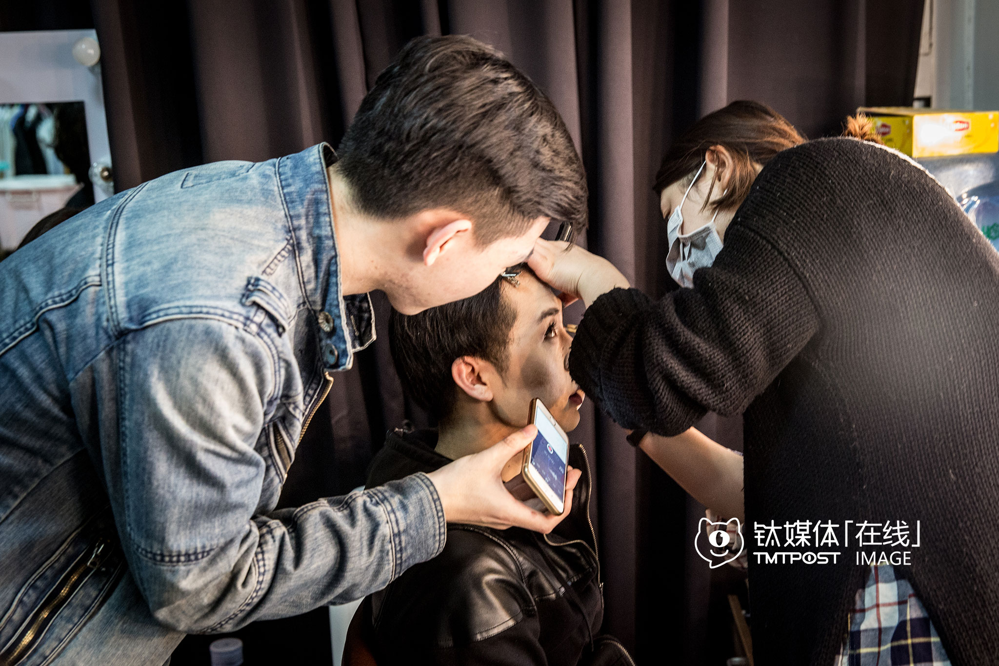 March 22nd, morning. During the makeup session before filming, they cast had an interview on the official account Wanxingren on WeChat, answering some selected questions from WeChat users.